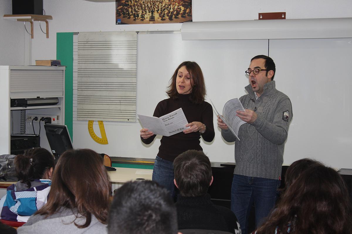 Eliette Parmentier et Marc Pontus, chanteurs des éléments, lors du parcours pédagogique au collège Foch à Arreau